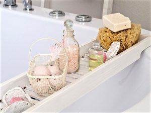 Are bath bombs safe ? Do your bath bombs contain harmful chemicals? Find out how to make your bath less toxic with easy DIY fixes. | non toxic living | health tips | non toxic body products |