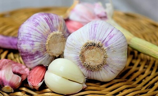 health benefits of garlic -- closeup of garlic bulbs
